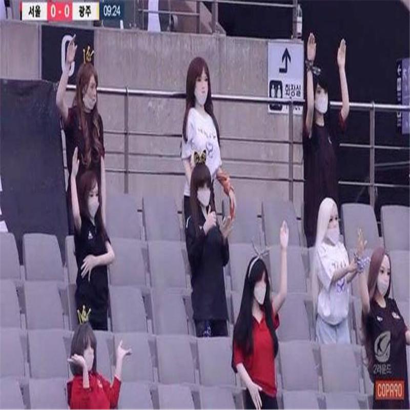 Południowa Korea Football League umieściła fizyczne lalki, aby stworzyć atmosferę.